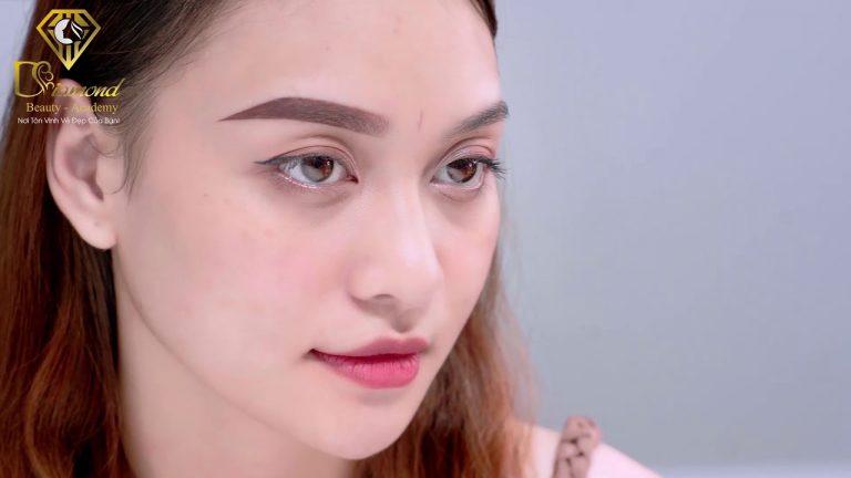 Khách hàng điêu khắc lông mày ở Diamond Beauty Academy