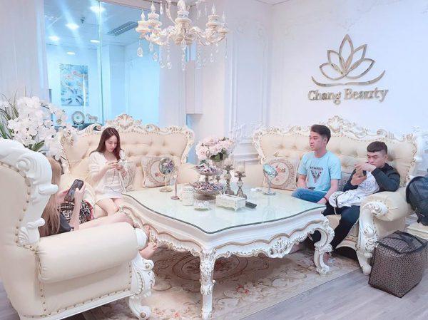 Khách hàng đợi làm đẹp tại Chang Beauty