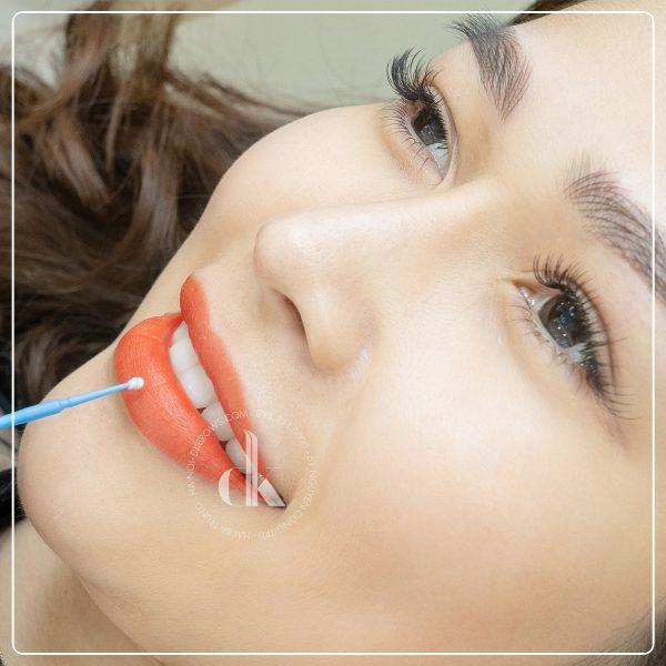 Khách hàng trải nghiệm dịch vụ phun môi tại DK eyebrows beauty