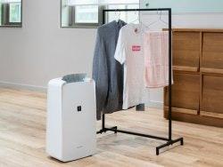 Làm khô quần áo nhanh hơn bằng máy lọc không khí.