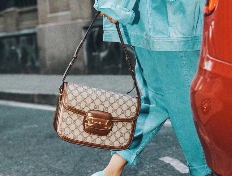 Túi Gucci Horsebit 1995 rực rỡ tại đường phố Paris