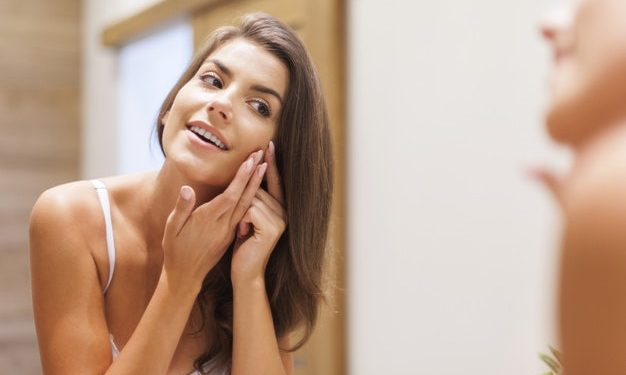Chọn một loại serum trị mụn có chứa các thành phần giúp giảm sẹo mụn