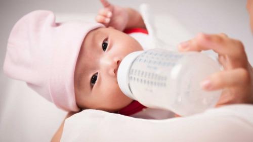Chọn bình sữa có dung tích phù hợp- giúp bé dễ cầm, chống rơi rớt