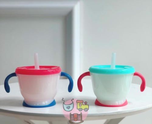Tay cầm của cốc và phần đế được bọc nhựa TPE cách nhiệt an toàn cho bé