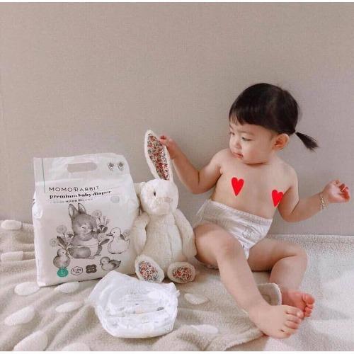 Bỉm thiết kế đai chun co giãn, ôm khít vòng bụng của bé