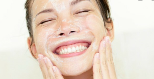 Sử dụng sữa rửa mặt đúng cách giúp da sạch hơn, ngăn ngừa mụn